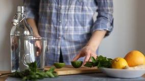 Γυναίκα στην κουζίνα στον πίνακα απόθεμα βίντεο