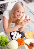 Γυναίκα στην κουζίνα Στοκ εικόνα με δικαίωμα ελεύθερης χρήσης