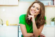 Γυναίκα στην κουζίνα Στοκ φωτογραφίες με δικαίωμα ελεύθερης χρήσης