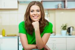 Γυναίκα στην κουζίνα Στοκ Εικόνα