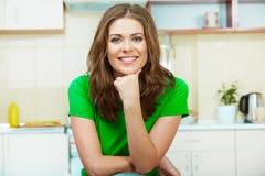 Γυναίκα στην κουζίνα Στοκ φωτογραφία με δικαίωμα ελεύθερης χρήσης