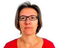 Γυναίκα στην κόκκινη μπλούζα στο smartphone στο στούντιο Στοκ Εικόνα