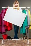 Γυναίκα στην ντουλάπα λεωφόρων με το κενό έμβλημα copyspace Στοκ Εικόνες