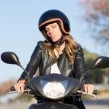 Γυναίκα στην οδήγηση ποδηλάτων μηχανών Στοκ φωτογραφία με δικαίωμα ελεύθερης χρήσης