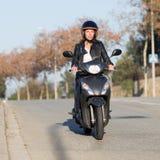 Γυναίκα στην οδήγηση ποδηλάτων μηχανών Στοκ Φωτογραφίες