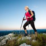 Γυναίκα στην οδοιπορία - όμορφο ξανθό κορίτσι που στα βουνά στοκ εικόνες