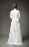 Γυναίκα στην πίσω πλευρά γαμήλιων φορεμάτων στοκ εικόνες με δικαίωμα ελεύθερης χρήσης