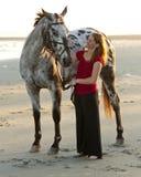Γυναίκα στην παραλία με το άλογο Στοκ Εικόνες