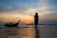 Γυναίκα στην παραλία στο AO Nang Krabi Στοκ Φωτογραφία