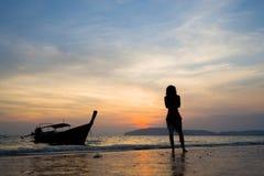 Γυναίκα στην παραλία στο AO Nang Krabi Στοκ Εικόνα