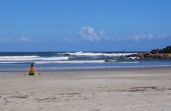 Γυναίκα στην παραλία της Βραζιλίας στοκ εικόνες