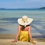Γυναίκα στην παραλία στοκ εικόνα με δικαίωμα ελεύθερης χρήσης