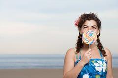 Γυναίκα στην παραλία με το lollipop στοκ εικόνα με δικαίωμα ελεύθερης χρήσης
