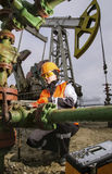 Γυναίκα στην πετρελαιοφόρο περιοχή Στοκ Φωτογραφίες