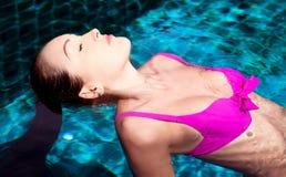 Γυναίκα στην πισίνα Στοκ εικόνα με δικαίωμα ελεύθερης χρήσης