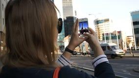 Γυναίκα στην πόλη που παίρνει τις εικόνες με την απόθεμα βίντεο