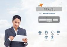Γυναίκα στην ταμπλέτα και App σπασιμάτων ταξιδιού με σκοπό τις διακοπές τη διεπαφή Στοκ φωτογραφίες με δικαίωμα ελεύθερης χρήσης