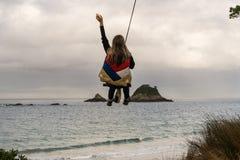 Γυναίκα στην ταλάντευση σχοινιών Στοκ φωτογραφία με δικαίωμα ελεύθερης χρήσης