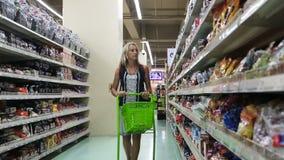 Γυναίκα στην υπεραγορά απόθεμα βίντεο