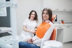 Γυναίκα στην υποδοχή ενός οδοντιάτρου σε μια οδοντική κλινική στοκ εικόνες
