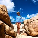 Γυναίκα στην όμορφη παραλία που φορά την ορμητική φρουρά Στοκ φωτογραφία με δικαίωμα ελεύθερης χρήσης