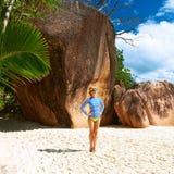 Γυναίκα στην όμορφη παραλία που φορά την ορμητική φρουρά Στοκ εικόνες με δικαίωμα ελεύθερης χρήσης