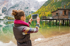 Γυναίκα στη λίμνη Bries που παίρνει τη φυσική φωτογραφία με την ψηφιακή ταμπλέτα στοκ φωτογραφία με δικαίωμα ελεύθερης χρήσης