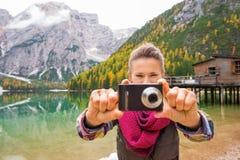 Γυναίκα στη λίμνη Bries που στοχεύει τη ψηφιακή κάμερα στο θεατή στοκ εικόνες