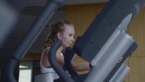Γυναίκα στη γυμναστική απόθεμα βίντεο