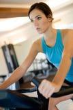 Γυναίκα στη γυμναστική στοκ εικόνα με δικαίωμα ελεύθερης χρήσης