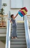 Γυναίκα στη λεωφόρο αγορών Στοκ φωτογραφίες με δικαίωμα ελεύθερης χρήσης