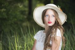 Γυναίκα στη διάταξη θέσεων πάρκων στη χλόη στοκ φωτογραφία με δικαίωμα ελεύθερης χρήσης
