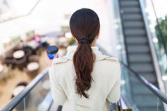 Γυναίκα στη λεωφόρο αγορών Στοκ φωτογραφία με δικαίωμα ελεύθερης χρήσης