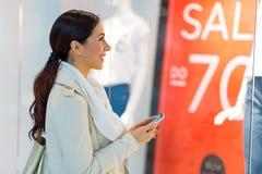 Γυναίκα στη λεωφόρο αγορών Στοκ εικόνες με δικαίωμα ελεύθερης χρήσης