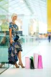 Γυναίκα στη λεωφόρο αγορών Στοκ Φωτογραφίες