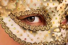 Γυναίκα στη μάσκα Στοκ Φωτογραφίες