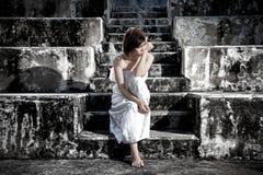 γυναίκα στη ματαιωμένη καταθλιπτική συνεδρίαση στα σκαλοπάτια, να φωνάξει και το CONT Στοκ Εικόνες