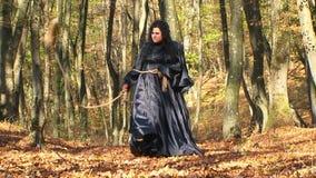 Γυναίκα στη μαύρη ύπαρξη εξαγριωμένος στο δάσος φθινοπώρου απόθεμα βίντεο