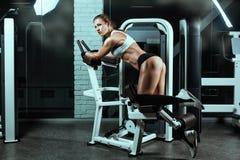 Γυναίκα στη μηχανή για τα bodybuilders που κάνει την άσκηση στοκ φωτογραφία με δικαίωμα ελεύθερης χρήσης