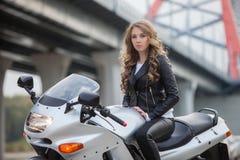 Γυναίκα στη μοτοσικλέτα Στοκ Φωτογραφίες