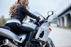 Γυναίκα στη μοτοσικλέτα Στοκ εικόνες με δικαίωμα ελεύθερης χρήσης