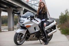 Γυναίκα στη μοτοσικλέτα Στοκ Εικόνες