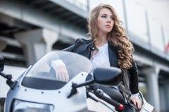 Γυναίκα στη μοτοσικλέτα Στοκ φωτογραφίες με δικαίωμα ελεύθερης χρήσης