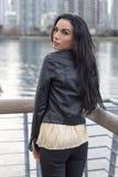 Γυναίκα στη ράγα παραλιών που κοιτάζει πέρα από τον ώμο της Στοκ Φωτογραφίες