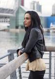 Γυναίκα στη ράγα παραλιών που κοιτάζει στην απόσταση Στοκ Εικόνες