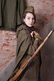 Γυναίκα στη ρωσική στρατιωτική στολή με το τουφέκι Θηλυκός στρατιώτης κατά τη διάρκεια του δεύτερου παγκόσμιου πολέμου Στοκ Εικόνα