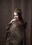 Γυναίκα στη ρωσική στρατιωτική στολή με το τουφέκι Θηλυκός στρατιώτης κατά τη διάρκεια του δεύτερου παγκόσμιου πολέμου Στοκ εικόνα με δικαίωμα ελεύθερης χρήσης