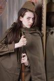 Γυναίκα στη ρωσική στρατιωτική στολή με το τουφέκι Θηλυκός στρατιώτης κατά τη διάρκεια του δεύτερου παγκόσμιου πολέμου Στοκ φωτογραφία με δικαίωμα ελεύθερης χρήσης