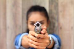 Γυναίκα στη σειρά πυροβολισμού που πυροβολείται από τα περίστροφα Στοκ Εικόνες