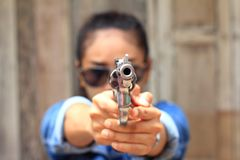 Γυναίκα στη σειρά πυροβολισμού που πυροβολείται από τα περίστροφα Στοκ φωτογραφία με δικαίωμα ελεύθερης χρήσης